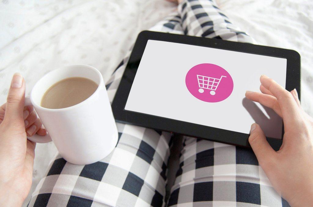 moça faz compras em seu tablet, mostrando que tablet multilaser é bom